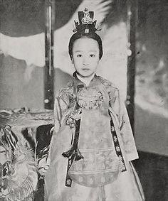 1912년 5월 25일, 황제의 자리에 물러나 있던 고종(1852~1919, 재위 1863~1907)의 거처 덕수궁에서 아기의 울음소리가 울려 퍼졌다. 조선의 마지막 옹주인 덕혜(1912~1989)가 태어난 것이다. 고종이 회갑을 맞던 해에 얻은 늦둥이 딸이었다.-덕혜옹주 : 네이버캐스트