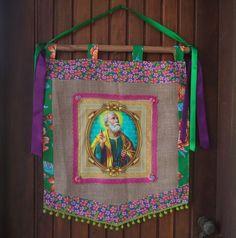 Estandarte de Santo, uma linda e colorida peça pra alegrar sua casa ou sua festança. Feita em feltro, juta e chita, com imagem digital em tecido de algodão, decorada com fitas e rendas.