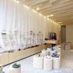 Japanse Winkeltje, em Amsterdã, Holanda. Projeto do escritório Nezu Aymo Architects. #moda #atitude #fashion #fashionattitude #lojaconceito #conceptstore #storedesign #interior #interiores #artes #arts #art #arte #decor #decoração #architecturelover #architecture #arquitetura #design #projetocompartilhar #davidguerra #shareproject #japansewinkeltje #amsterda #amsterdam #holanda #netherlands #nezuaymoarchitects