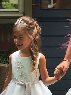 95 Wonderful Easy Wedding Hairstyles for Little Girls 2019 Flower Girl Hairstyles easy Girls hairstyles Wedding Wonderful Little Girl Wedding Hairstyles, Afro Hairstyles For Kids, Little Girl Updo, Church Hairstyles, Easy Wedding Guest Hairstyles, Communion Hairstyles, Tiara Hairstyles, Flower Girl Hairstyles, Dance Hairstyles