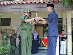 Walikota Tri Kurniadi menerima piala juara lomba LSS