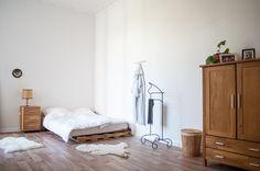 Geräumiges Schlafzimmer Mit Gemütlichem DIY Bett Und Schönen Möbeln. #DIY # Schlafzimmer #
