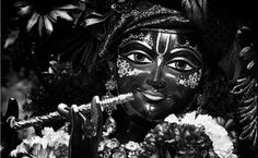 Krisna Dzsajanti – azaz Krisna születésnapja idén augusztus 25-re esik. Erről az ünnepélyes alkalomról közösen augusztus 27-én (szombaton) 18h-kor emlékezünk meg.  A Bhagavad Gítában az Úr Krisna kijelenti, hogy időről időre megszületik azért, hogy felemelkedést hozzon az emberiségnek, s megmutassa a Legfelsőbbhöz vezető utat. Így lehetünk tanúi a nagy Megváltók eljövetelének. Yashoda Krishna, Iskcon Krishna, Krishna Radha, Krishna Avatar, Radhe Krishna Wallpapers, Little Krishna, Ganesh Lord, Kali Mata, Lord Krishna Images