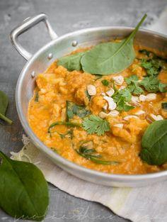 Punainen linssi-kookos-curry. Testattu ja toimiva, joskin erittäin mieto - sopii siis lapsille. Unohdin pinaatin, pitää kokeilla sitä seuraavaksi mukaan.