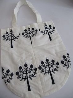 Love the shape and using one color Herb Embroidery, Modern Embroidery, Embroidery Stitches, Embroidery Patterns, Diy Tote Bag, Reusable Tote Bags, Fabric Bags, Embroidery Techniques, Knitted Bags