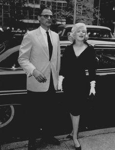 """Image - 1959 / Le 13 mai 1959, Marilyn reçoit le prix italien """"David Di DONATELLO"""" (une plaque de la statue de David, sculptée par DONATELLO) en tant que """"Best Foreign Actress of 1958"""" (La meilleure actrice de 1958) pour le film """"The prince and the showgirl"""" (""""Le prince et la danseuse""""). C'est Dr. Filippo DONINI, le directeur de l'Institut Culturel Italien, qui lui remet le prix. L'actrice italienne Anna MAGNANI remit un bouquet de fleurs à Marilyn. Près de 400 personnes (des fans, des…"""