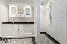 Klassieke badkamer met terrazzo vloer, Het Badhuys | Het Badhuys Washer And Dryer, Double Vanity, Kitchen Cabinets, Bathtub, Home Appliances, Bathroom, Terrazzo, Home Decor, Boden