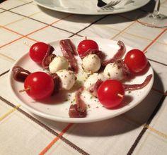 Bruschetta de tomàquet cherry, anchova i mozzarela.