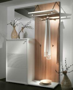 Kleiderständer und weißer Schrank mit modernem Design