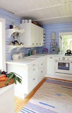 Ściana z błękitnych desek w aranżacji kuchni