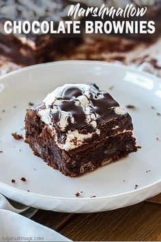 Moist and fudgy chocolate brownies, topped with gooey melted marshmallows and a chocolate glaze. Marshmallow Brownies, Chocolate Marshmallows, Chocolate Brownies, Chocolate Desserts, Chocolate Truffles, Cookie Dough Cake, Chocolate Chip Cookie Dough, Best Brownie Recipe, Brownie Recipes
