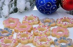 A legszebb karácsonyi süti, mindenki rajongani fog érte! Kóstoljátok meg, mesebeli! Hozzávalók: 40 dkg liszt 15 dkg cukor 25 dkg vaj 2 tojássárgája fél teáskanál szódabikarbóna csipet só reszelt narancshéj vaníliaaroma A díszítéshez: 2...