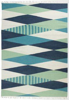 """Deinem Wohnzimmer fehlt das gewisse Etwas? Wie wäre es mit unserem Wollteppich Braid? Das grafische, plakative Muster bietet einen echten """"Wow""""-Effekt für dein Zimmer."""