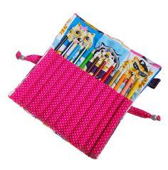 Estojinho, porta-lápis com 12 divisórias. Vem com 12 lápis de cor! Para fechar é só enrolar e amarrar, uma fofura e super útil!