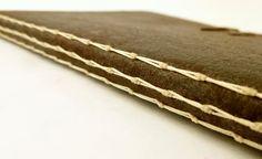 Livro artesanal com capa em recouro flexível.  Encadernação em ponto haste.