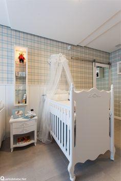 Enxoval de bebê azul listrado estilo príncipe. Em cima o papel de parede enxoval bebê listrado verde xadrez completou e deixou tudo em harmonia.