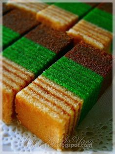 Recipe for layer cake sarawak My Recipes, Dessert Recipes, Cooking Recipes, Favorite Recipes, Desserts, Eid Biscuits, Chocolate Bunt Cake, Malaysian Dessert, Layer Cake Recipes