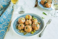I canederli con zucca, porro e salvia sono un piatto semplice e saporito, che rielabora i canederli tipici del Trentino Alto Adige.