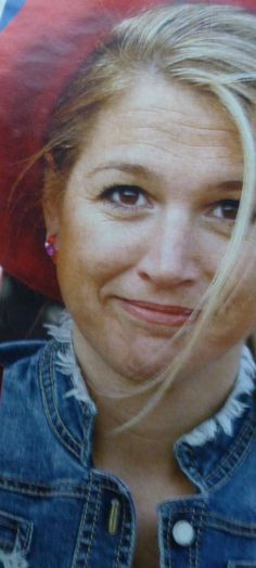 Maxima met spijkerjasje en baret op haar 3e Koninginnedag in 2004. Spraakmakend, maar iedereen vindt het haar goed staan!
