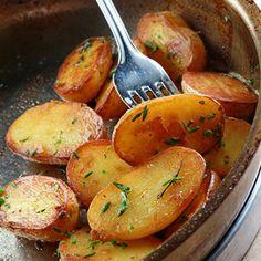 Συνταγή για γαλλικές πατάτες σοτέ με θυμάρι, δενδρολίβανο και σκόρδο από τον Γιάννη Λουκάκο! Για τους λάτρεις της πατάτας κι όχι μόνο! Αρωματικό, πανεύκολο... Gf Recipes, Greek Recipes, Vegetarian Recipes, Cooking Recipes, Healthy Recipes, Cooking Tips, Fun Cooking, Everyday Food, Different Recipes