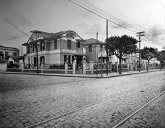 Casas na rua Domingos de Moraes (cinco) que existiam nos anos 1920 e eram de propriedade da família Ribeiro, ocupando toda a frente do quarteirão entre as ruas Dona Júlia e rua São Pedro (atual Lins de Vasconcellos). A rua à esquerda é a Dona Júlia. Acervo Ubirajara Ribeiro Martinsde Souza