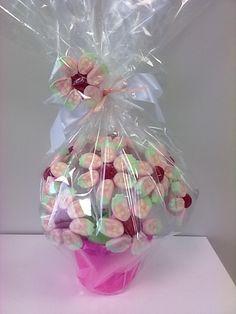 vaso de flor todo feito com marshmallows w balas, minha criação
