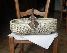 Le panier pyrénéen est du type vannerie sur arceaux, c'est à dire que l'ossature est composée d'arceaux, ou de côtes, en noisetier. Ces arceaux sont ensuite tissés avec des éclisses, ou lanières, aussi de noisetier. 1°- l'anse et le tour du panier: Ils...