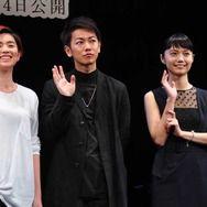 佐藤健、17歳HARUHIの歌声絶賛!宮崎あおいは17歳を述懐し「丸々してた」と黒歴史告白!?   cinemacafe.net
