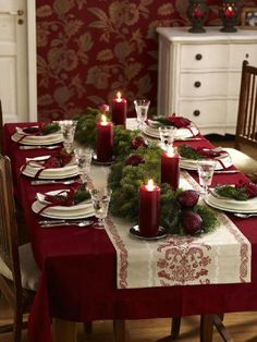 Belle table pour 🎄NOËL🎄 28 festive Christmas dinner table decorations and easy DIY Ideas Christmas Table Settings, Christmas Tablescapes, Christmas Centerpieces, Xmas Decorations, Christmas Dinner Tables, Holiday Tablescape, Christmas Dinning Table Decor, Christmas Candles, Christmas Dinner Ideas Decoration