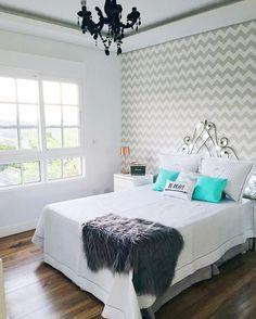 Nessa foto dá pra ver melhor como o ambiente do quarto tá ficando. Ainda vamos trocar a cabeceira e colocar cortina. Alguém tem mais alguma sugestão?