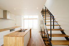 無垢フローリングと材質を合わせたシンプルな印象のキッチン