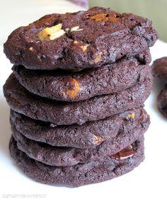 Rezepte mit Herz   ♥: Double Chocolate Chip Cookies a la Subway 70 g weißer Zucker 200 g brauner Zucker  2 TL Vanille Extrakt 220 g weiche Butter 2 Eier, L 260 g Mehl 90 g Kakao, ungesüßt 1 TL Natron 1/2 TL Backpulver  1/4 TL Salz 170 g Zartbitter Chocolate Chips (Schokostückchen) 170 g weiße Chocolate Chips(Schokostückchen