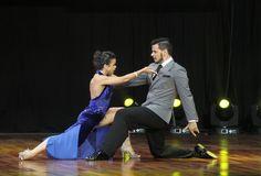 Una pareja de bailarines compite en la final de la categoría 'tango de escenario' durante el Mundial de Tango celebrado en Buenos Aires.