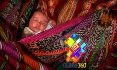 Guate360.com | Fotos de Gente de Guatemala - Un bebé descansa en la espalda de su madre en Guatemala