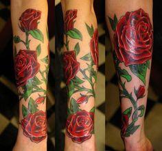 noch eine tolle idee für einen rosen tattoo auf hand  große rote rosen und grüne blätter