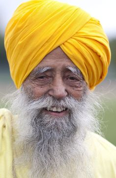 Centenarian Fauja Singh smiles- oldest marathon runner ever 100 years old. work it sir. Fauja Singh, 100 Year Old Man, Toronto Photos, Old Folks, Man Set, Aged To Perfection, We Are The World, Aging Gracefully, Hair And Beard Styles