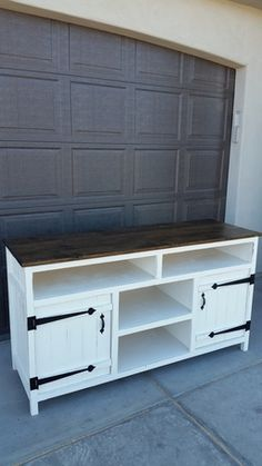 Looking to build a DIY TV stand or DIY media console? Great choice to save money! Here are 28 DIY projects with plans and instructions diyideasforoldtvstand 341992165455991682 Diy Furniture Projects, Repurposed Furniture, Furniture Plans, Home Projects, Home Furniture, Furniture Stores, Shaker Furniture, Carpentry Projects, Cheap Furniture