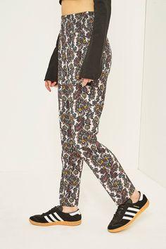 Achetez vite Staring at Stars Paisley Crinkle Tapered Trousers sur Urban Outfitters. Choisissez parmi les derniers modèles de marque en différents coloris dans les collections disponibles sur notre site.
