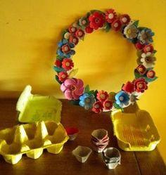 Un atelier DIY qui vous apprend à réaliser une couronne de noël fleurie 100% récup, en recyclant des boites à oeufs