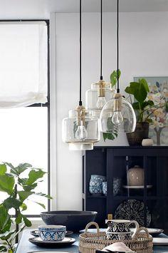 Billedresultat for lampe over sofabord Chandelier Lighting Fixtures, Dining Lighting, Kitchen Island Lighting, Home Lighting, Decor Interior Design, Room Interior, Interior Decorating, Mountain House Decor, House Lamp
