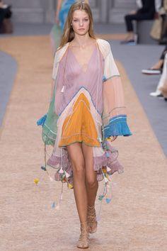 Habillage candide, drapés voluptueux, tableau fluide et transparent, la collection summer de Chloé communique à travers ses mousselines de soie et ses broderies anglaises une très belle idée de fém…