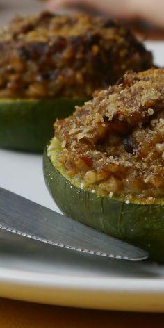 Zapallitos rellenos pero vegetarianos, son una verdadera delicia. A probarlos! Polenta, Veggie Recipes, Cucumber, Zucchini, Good Food, Food And Drink, Tasty, Meals, Vegetables