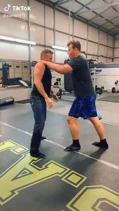 Self Defense Moves, Self Defense Martial Arts, Martial Arts Weapons, Self Defense Weapons, Workout Videos For Men, Gym Workout Tips, Martial Arts Techniques, Self Defense Techniques, Martial Arts Workout