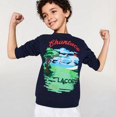 Sweatshirt Garçon LACOSTE en molleton imprimé Chantaco Bleu Marine/Blanc - 😍 Découvrir ici - #SweatshirtGarcon #SweatshirtLacoste #Lacoste #modegarcon #vetementsenfants Lacoste, Sweat Shirt, Polo, Bleu Marine, Graphic Sweatshirt, Sweaters, Products, Fashion, Crew Neck Sweatshirt