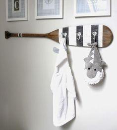 altes Holzpaddel mit Wandhaken als Deko im Bad