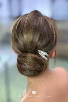 Wedding Up Do ideas for brides. Low bun wedding hairstyle with pearl clips. This Wedding Up Do ideas for brides. Low bun wedding hairstyle with pearl clips. Prom Hairstyles For Short Hair, Bride Hairstyles, Down Hairstyles, Hairstyle Ideas, Wedding Up Do, Hairdo Wedding, Wedding Beauty, Bridal Hair Updo, Hairband Hairstyle