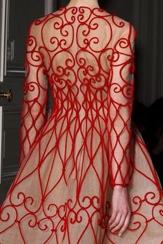 I sooooo love Valentino! This dress is lovely - KMc - Valentino couture.may be the most awesome dress I personally have ever seen! Couture Mode, Style Couture, Couture Details, Fashion Details, Couture Fashion, Fashion Design, Paris Fashion, Red Fashion, Holiday Fashion