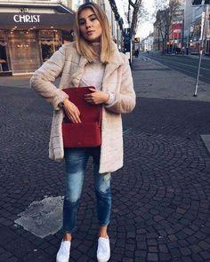 Einen farblichen Akzent setzt Stefanie Giesinger bei diesem Fashion-Look mit ihrer Umhängetasche von Saint Laurent. Der passt nicht nur hervorragend zu dem Puderrosa ihres Fake-Fur-Mantels, sondern setzt gleichzeitig auch ein richtiges Statement in Sachen Eleganz.