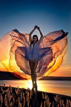 femme robe transparente coucher de soleil
