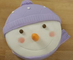 Gâteau bonhomme de neige en chair et en pâte à sucre [recette en vidéo], réalisé par Anne-sophie de l'émission Le meilleur pâtissier. Superbe